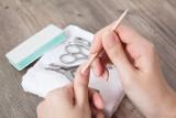 Zmiany na paznokciach: co oznaczają białe plamy, bruzdy i paski? Po czym rozpoznać zanokcicę, łuszczycę i grzybicę paznokci?