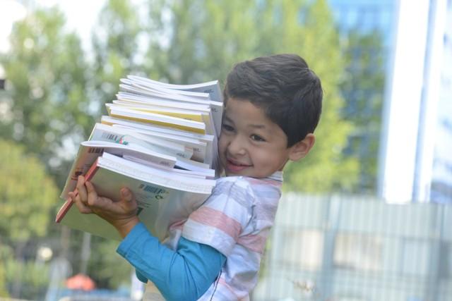 300 plus jest przyznawane raz w roku. Pieniądze mają wesprzeć rodziców w przygotowaniu wyprawki szkolnej dla dziecka. Wnioski o 300 plus przyjmowane są od 1 lipca do 30 listopada, od sierpnia także w formie papierowej. Dlatego Poznańskie Centrum Świadczeń w sierpniu wydłużyło godziny pracy, wnioski na 300 plus przyjmowane będą także we wszystkie soboty sierpnia