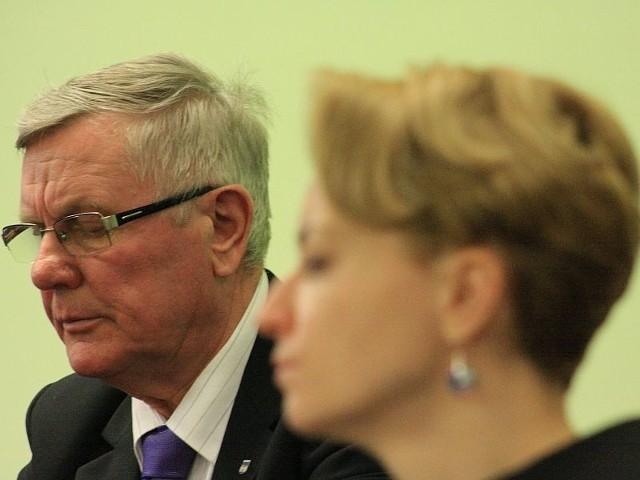 Burmistrz Międzyrzecza Tadeusz Dubicki zapewnia o swojej niewinności. Jutro usłyszy wyrok. (na pierwszym planie mec. Anna Bratkowska, która broni jednego z przedsiębiorców).