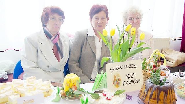 Panie ze Sławęcina za karkówkę w miodzie dostały drugie miejsce. Na zdjęciu: Barbara Czapiewska, Barbara Oleksiak i Janina Sikora