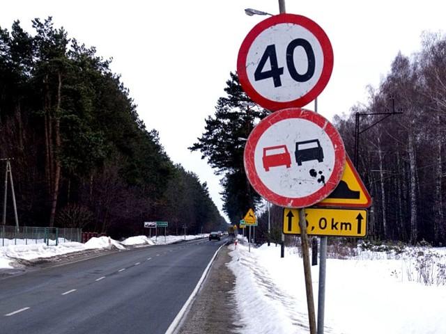 Dziury na DK 77Zdjecia wykonane na odcinku drogi krajowej nr 77 miedzy miejscowościami Nowa Sarzyna i Jelna. Drogowcy juz z nimi walczą.