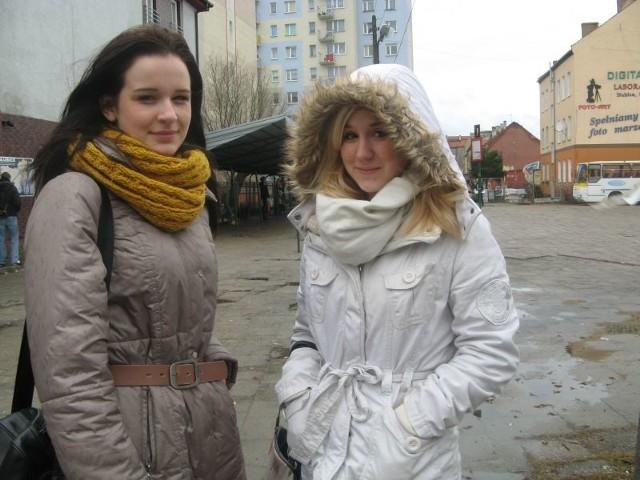 Patrycja Urbanek (z lewej) i Karolina Urlik chodzą do I klasy ogólniaka. Czeka je jeszcze ponad dwa lata dojeżdżania do szkoły. Dlatego cieszą się z planów budowy nowego przystanku.