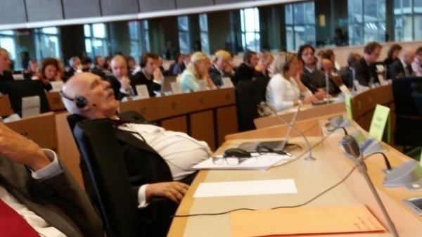 Janusz Korwin-Mikke śpi w PE. Zdjęcie poszło w świat...