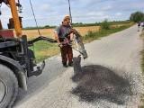Gmina Andrzejewo. Przy okazji innej inwestycji gmina połatała dziury w drogach. Zdjęcia