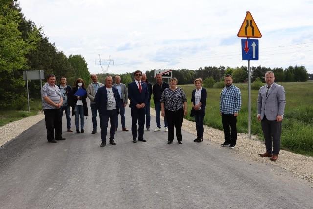 Uczestnicy odbioru przebudowanej drogi w Jeżowicach.