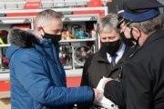 Urządzenie przekazał wojewoda świętokrzyski Zbigniew Koniusz z lewej. W środku Marek Łukaszek wójt gminy Dwikozy.