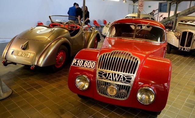 """Ekspozycja samochodów Jawa w praskim Muzeum Techniki. Na pierwszym planie specjalna wersja Jawy 700 przygotowana do wyścigu """"1000 mil czechosłowackich"""" w roku 1935, po lewej Jawa Minor w wersji roadster"""