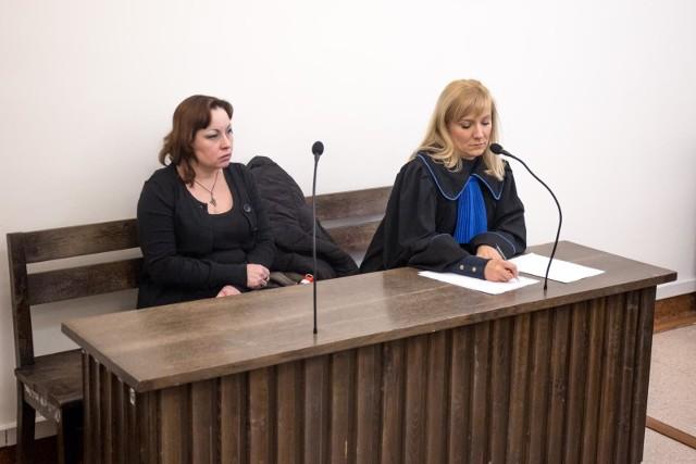 Sylwia Chełminacka na sali sądowej ze swoją pełnomocniczką, radcą prawną Aleksandrą Worzałą.