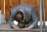 Koronawirus. Korea Południowa: Lider sekty Kościół Jezusa Shincheonji, która rozniosła SARS-CoV-2, padł na kolana i błagał o przebaczenie