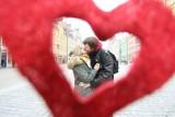 Walentynki 2020: Życzenia walentynkowe i najpiękniejsze wiersze miłosne dla zakochanych. Wyślij je na Walentynki! [MEMY, SMS]