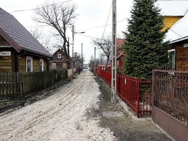 Mieszkańcy ulicy Prostej w końcu się doczekali. Ulica została wysypana tłuczniem i wyrównana. Zostało też naprawione oświetlenie, którego byli pozbawieni przez całą zimę.
