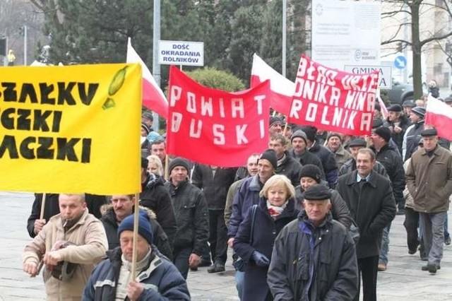 200 rolników z Ponidzia, poszkodowanych w aferze ogórkowej, przyjechało w poniedziałek do Kielc, by spotkać się z marszałkiem i rozmawiać o sprawie odszkodowań.