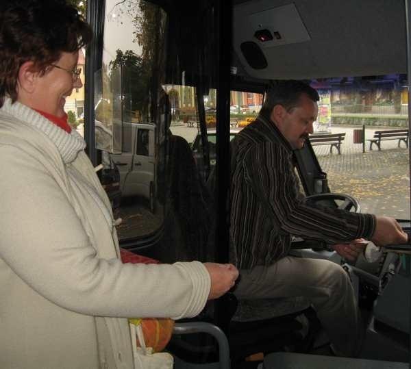 Wanda Łechtańska kupuje bilet i za chwilę kierowca Andrzej Zmarzlik odjeździe z przystanku