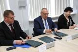 """Łapski """"Mechaniak"""", firma Eltron i Politechnika Białostocka podpisały umowę o współpracy"""