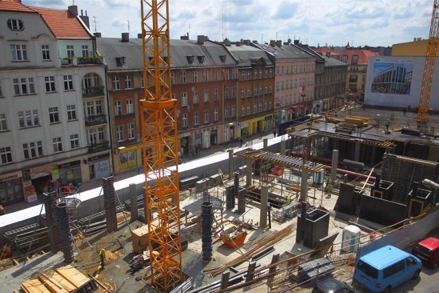 Półwiejska 2 powstaje na rogu Półwiejskiej i Krysiewicza. Budowa coraz bardziej wystaje ponad ziemię. A będzie wystawała dużo bardziej: wojewoda właśnie zgodził się na wyższy (niż w pozwoleniu na budowę) budynek. Inwestycja ma być gotowa na początku 2015 roku. To właśnie tam znajdzie się największy w mieście McDonald's. Więcej zdjęć: Półwiejska 2 w Poznaniu z największym w mieście McDonald's [ZDJĘCIA]