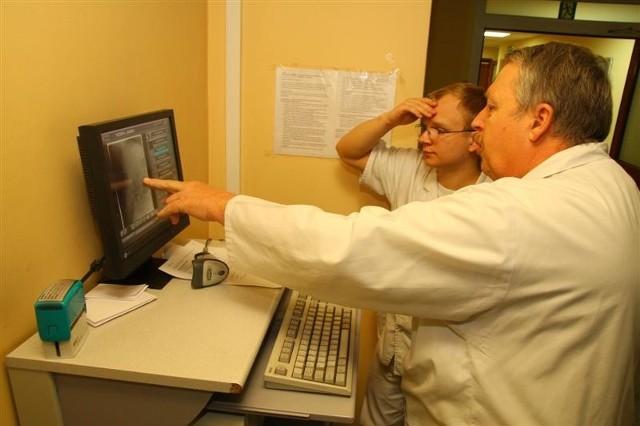 Kierownik Zakładu Diagnostyki Obrazowej dr Andrzej Sznajder (z prawej) i lekarz rezydent Szymon Grabelus interpretują wyniki badań przy konsoli pracowni RTG.