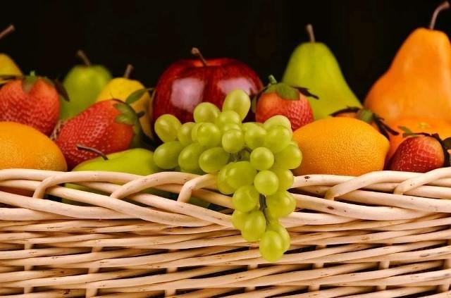 Stosowanie przeróżne diety odchudzające, a jak się okazuje, czasem wystarczy tylko dostosować swoją dietę do trybu życia włączyć zdrowe odżywianie. Na początek warto zastąpić słodycze owocami, a niektóre z nich nawet pomogą nam w chudnięciu. Może warto włączyć je do codziennej diety! Sprawdźcie.
