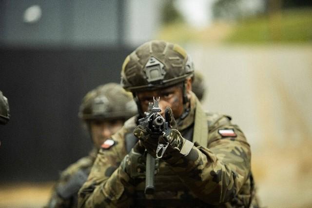 """Żołnierze z wielkopolskiej """"dwunastki"""" musieli zmierzyć się podczas ćwiczeń we Włościejewkach między innymi z zajęciami wytrzymałościowymi, walką wręcz, przeprawą nad zbiornikiem wodnym, ewakuacją medyczną oraz treningiem w terenie zurbanizowanym. Zobacz zdjęcia z ćwiczeń --->"""