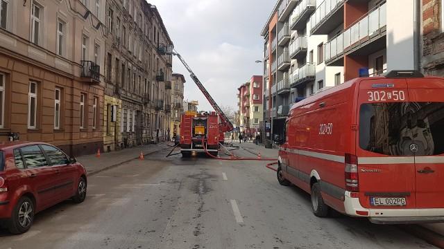 Pożar na Struga w Łodzi. Poparzeni mieszkańcy kamienicy. Strażakom nie udało się uratować papugi
