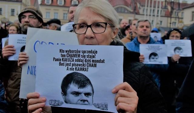 Protest w Żorach przeciwko radnemu, który zmienił partyjne barwy. Mieszkańcy nie przebierali w słowach.