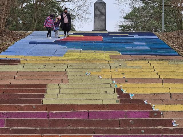 Tak pomalowane schody wyglądały w piątek
