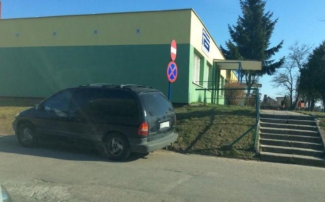 Takie parkowanie tuż przy znaku w Choroszczy