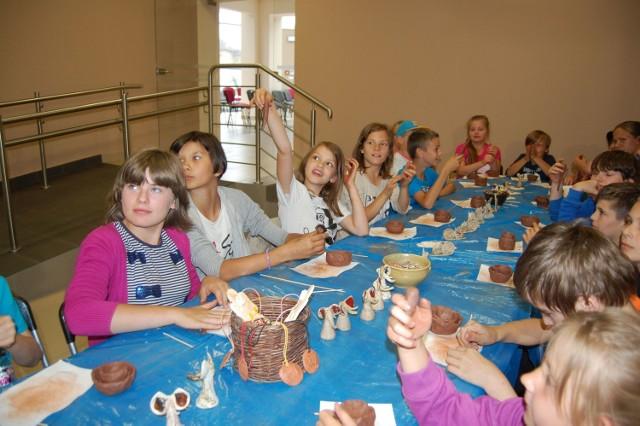 Dzieci wciąć mogły udział m.in. w warsztatach ceramicznych