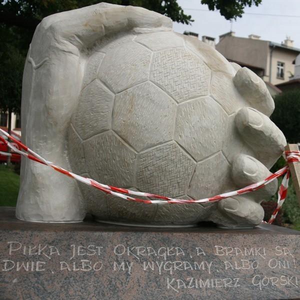 Rzeźbę przygotowali uczniowie szkół plastycznych, a dokończył rzeźbiarz Stanisław Jaworek.