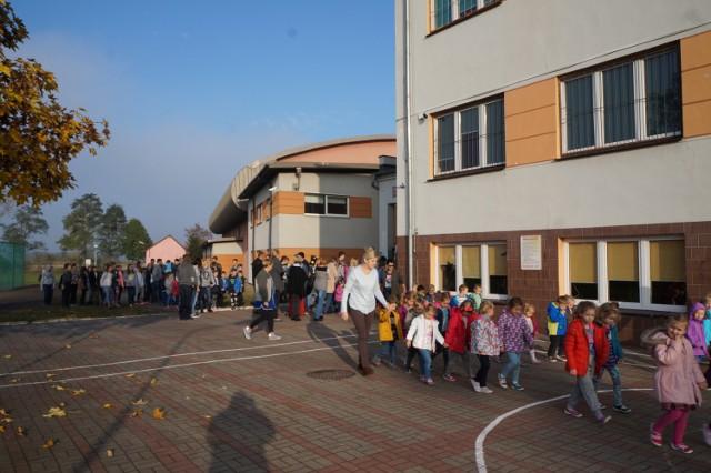 Bezpieczeństwo jest najważniejsze. Wszyscy nauczyciele dobrze znają wyjścia ewakuacyjne i wyznaczone miejsce zbiórki.