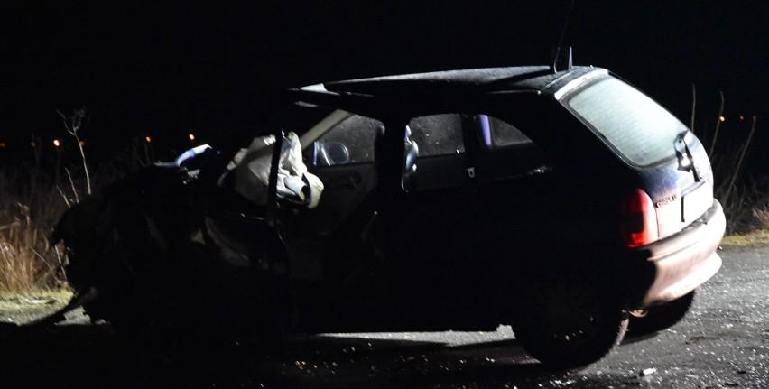 Samochód uderzył w drzewo w gminie Malbork 5.03.2021....