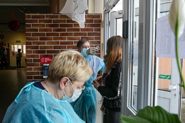 Próbny egzamin ósmoklasisty stacjonarnie i w reżimie sanitarnym zorganizowała m.in. krakowska Szkoła Podstawowa nr 12 z al. Kijowskiej. Przy wejściu do szkoły uczniom mierzono temperaturę