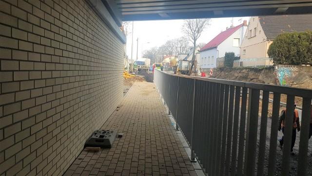Chodnik po jednej stronie jest już prawie skończony, pojawiły się też barierki. W następnym tygodniu na drodze będzie wylewany asfalt