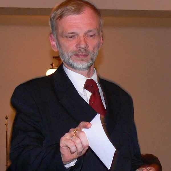 Dyrektor Kołakowski nie ma sobie nic do zarzucenia pobierając pensje dyrektora i naczelnika.