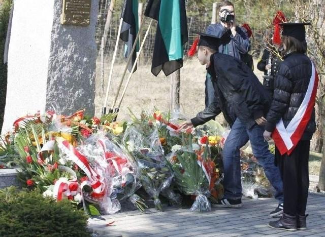Kwiaty pod pomnikiem złożyły między innymi delegacje szkół noszących imię Jana Wyżykowskiego (fot. Konrad Kaptur)