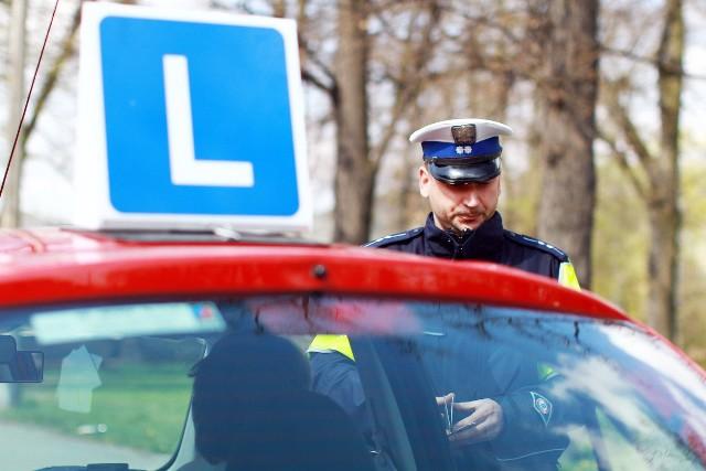 Mandat karny może zostać nałożony nie tylko na kierowcę posiadającego prawo jazdy, ale także na kursantów ośrodków nauki jazdy.