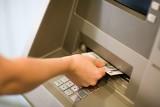Stoją pod bankomatem i kradną na BLIK-a. Zobacz najnowsze metody złodziei!