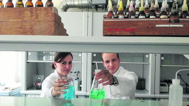 Choć na Wydziale Chemii są tylko dwa kierunki, można się rozwijać dzięki różnorodnym specjalizacjom. Kornelia wybrała nowoczesne materiały polimerowe, a Jerzy specjalizację biologiczną. - O pracę raczej się nie martwimy - mówią.