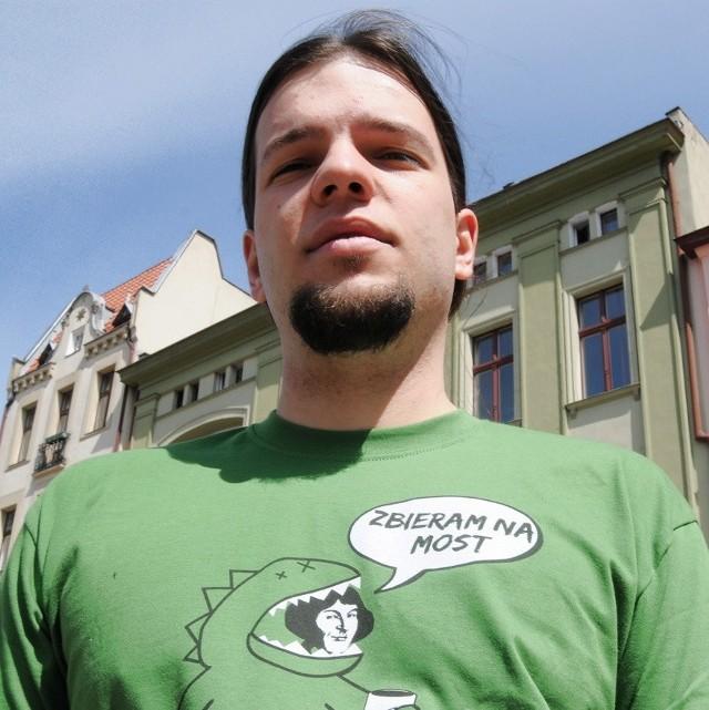 Takie koszulki juwenaliowe, jaką prezentuje Rafał Srzeniawa-Rupniewski, student informatyki i basista w Zespole CT, sprzedaje samorząd studencki