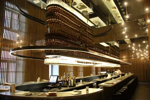 """Bar """"Perłowej"""" robi niesamowite wrażenie w tej przestrzeni. Został stworzony na wzór tapas barów"""