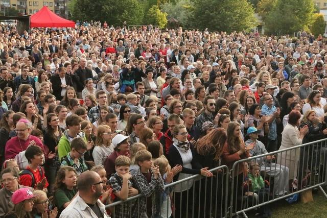 Podobne koncerty muzyki chrześcijańskiej, jak ten w Opolu, odbywają się dzisiaj w kilkunastu polskich miastach.