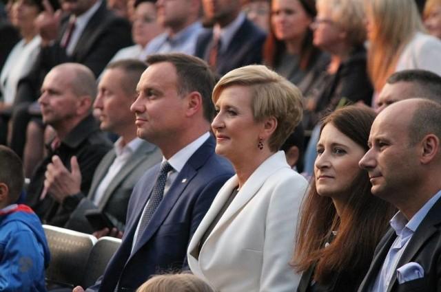 Magdalena Witko (siedzi obok Agaty Dudy) wraz z mężem podczas wizyty pary prezydenckiej w Tomaszowie, wrzesień 2015