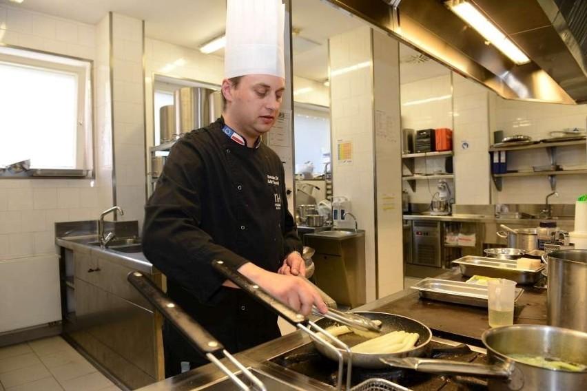 Szef kuchni restauracji NH Hotel Rafał Soroczyński przygotowuje dla swoich gości potrawy z białymi i zielonymi szparagami. Skosztujemy tu delikatnego kremu, a nawet risotta szparagowego