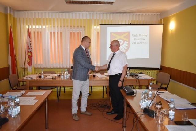 Wójtowi Marianowi Andrzejowi Wesołowskiemu (z prawej) gratulacje składa Hieronim Seta, Przewodniczący Rady Gminy w Rusinowie.