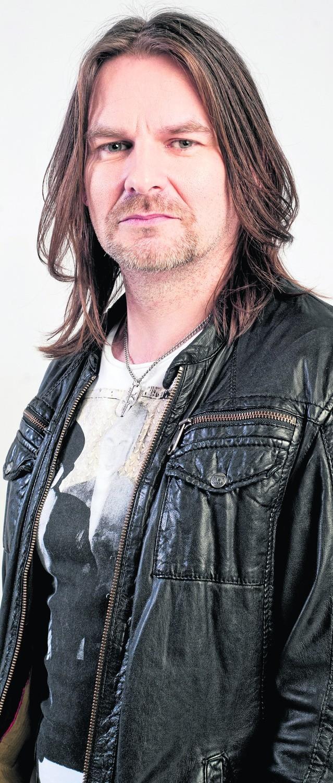 Ray Wilson jest szkockim wokalistą, gitarzystą, kompozytorem oraz  autorem tekstów