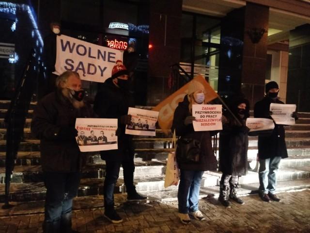 Manifestacja KOD (18.01) przed Sądem Okręgowym w Białymstoku