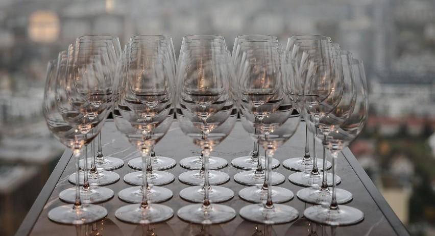 Racząc się winem, przyjmujemy jednorazowo podobną dawkę...
