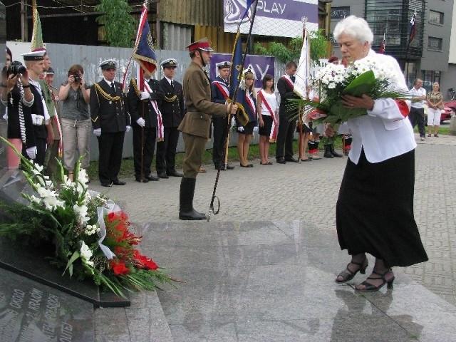 Na zakończenie uroczystości złożono kwiaty pod pomnikami.