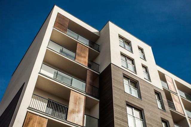 Inwestowanie w nieruchomości może przynosić znaczne zyski, co sprawia, że Polacy chętnie się na nie decydują.