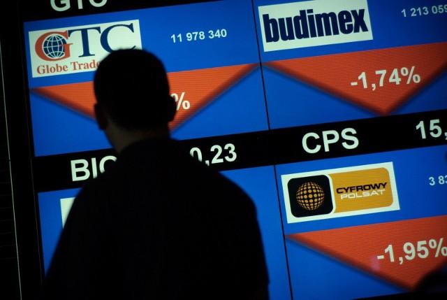 Częściej niż co czwarty badany deklaruje, że inwestuje zaoszczędzone pieniądze. Co piąty inwestujący badany decyduje się za zakup nieruchomości lub akcji na giełdzie. W złoto lokuje fundusze 16 proc., a w Obligacje Skarbu Państwa 13 proc.badanych.