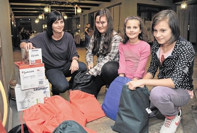 Pani Monika z Białegostoku od lat korzysta ze wsparcia stowarzyszenia Otwarty Dom. We wtorek jej córki - 14, 12 i 10-letnia - dostały najpotrzebniejsze przybory szkolne. - Co miesiąc otrzymujemy też od stowarzyszenia paczki z żywnością - przyznaje pani Monika.